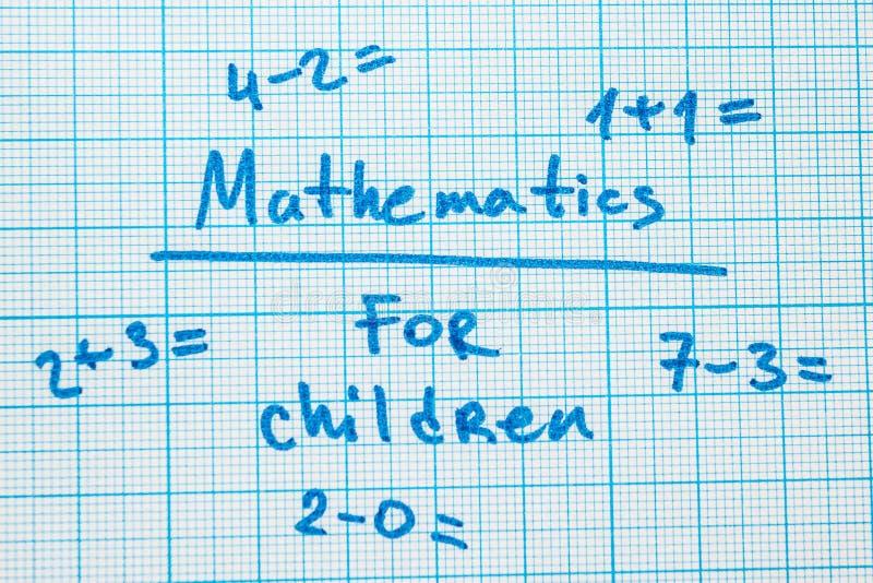"""Le mot """"mathématiques pour des enfants """"avec des tâches dans un carnet pour le dessin image stock"""