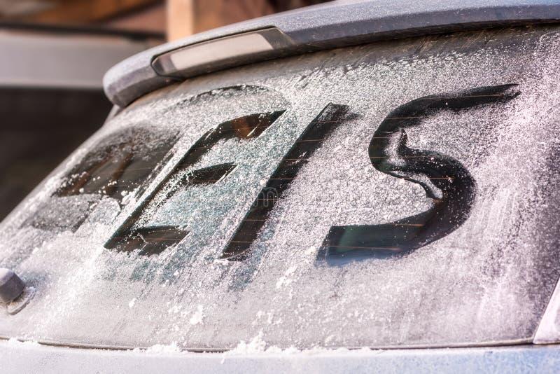 Le mot allemand pour la glace sur la fenêtre arrière congelée d'une voiture photographie stock libre de droits