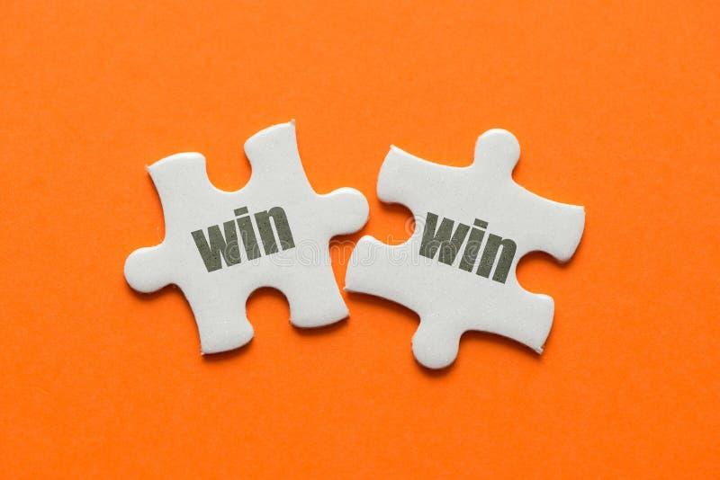 Le mot avantageux pour les deux parties sur le puzzle deux assorti sur le fond orange image libre de droits