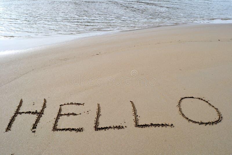 Le mot bonjour écrit dans le sable photographie stock libre de droits