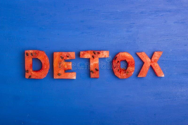 Le mot de detox est fait de tranches de pastèque Le concept du régime, corps nettoyant, consommation saine photographie stock libre de droits