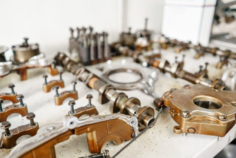 Le moteur à combustion interne, démonté, réparation au service de voiture, révision Réparation à la station service de voiture so image stock