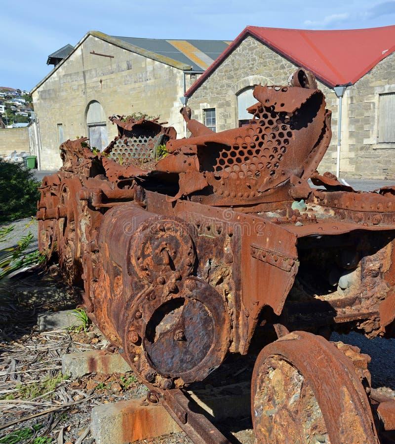 Le moteur abandonné de train attend la restauration au QG de Steampunk, bureautique photographie stock libre de droits