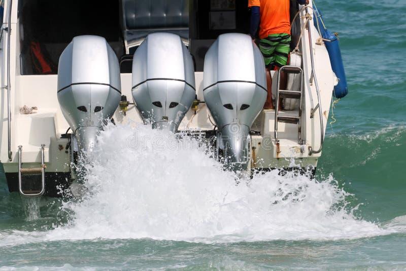 Le moteur de bateau de vitesse tourne avec l'éclaboussement d'eau de mer photographie stock libre de droits