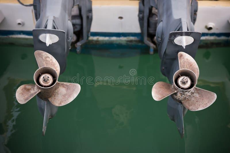 Le moteur de deux bateaux avec le propulseur détaille le tir photos stock