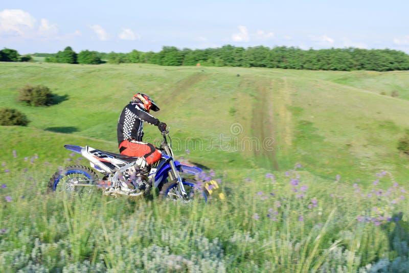Le motocycliste fait un tour sur la voie de course photographie stock