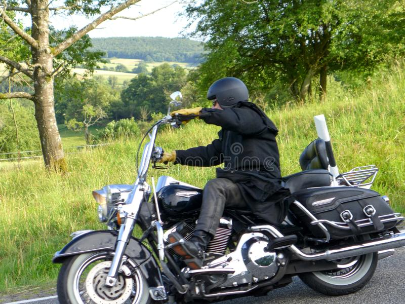 Le motocycliste va en descendant 2 photo libre de droits