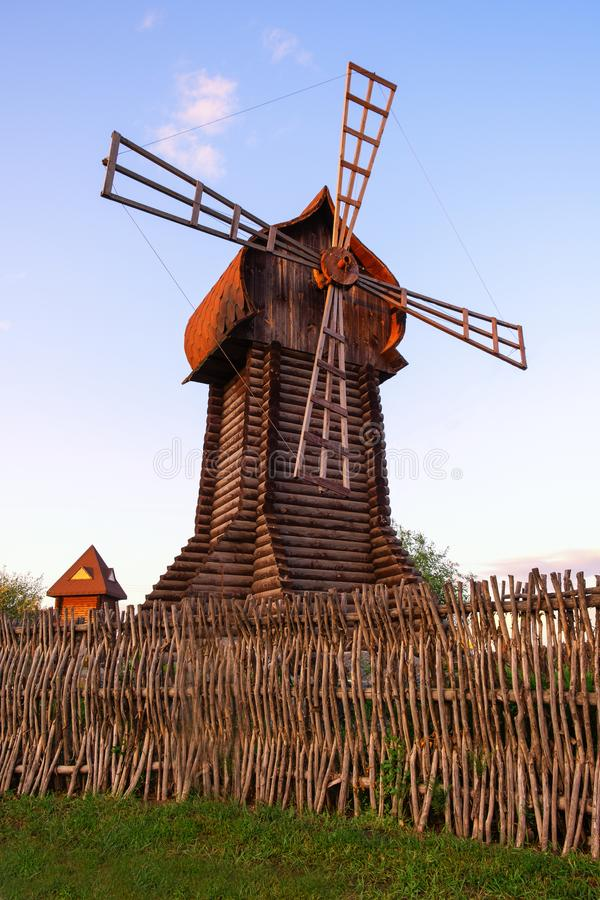Le moulin à farine éolienne de moulin à vent d'énergie de moulin de ferme de puissance de moulin à eau rural traditionnel d'écolo photos stock