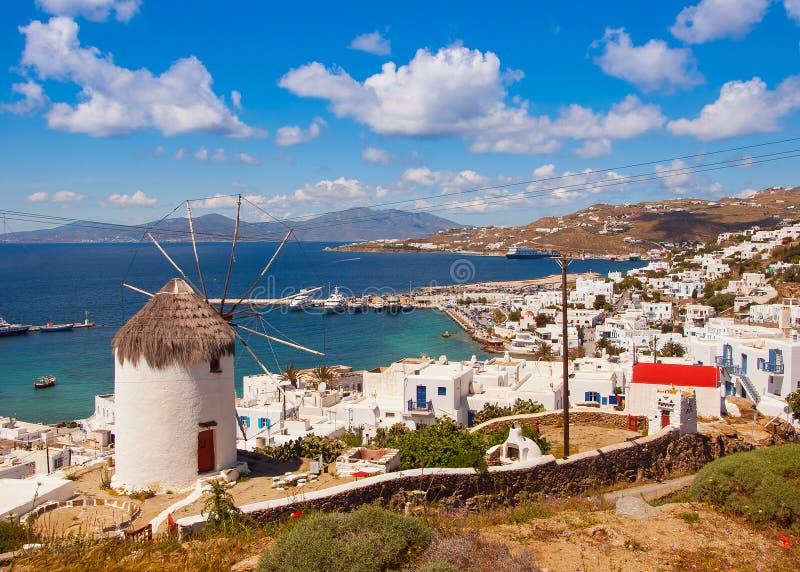 Le moulin vent c l bre au dessus de la ville de mykonos for Piscine du moulin a vent