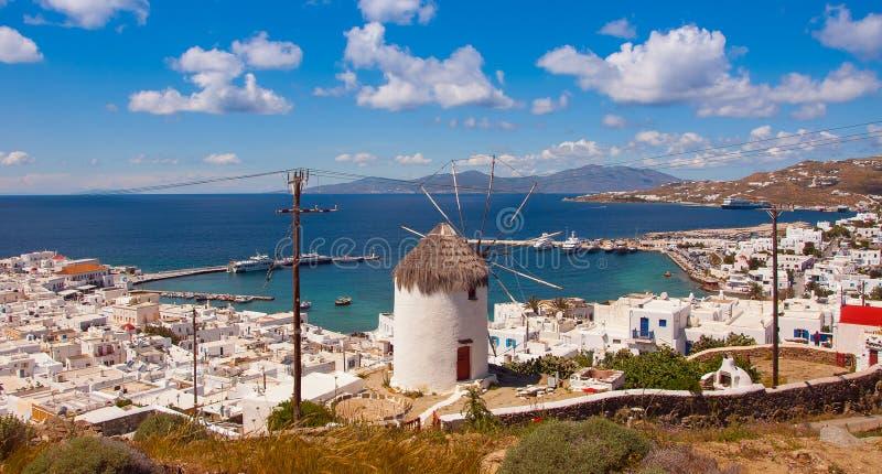 Le moulin à vent célèbre au-dessus de la ville de Mykonos en Grèce contre images libres de droits