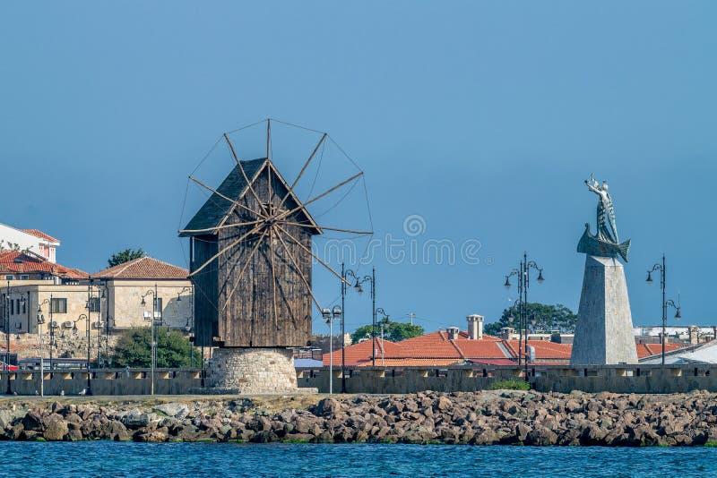 Le moulin à vent en bois sur la ville antique de Nessebar d'isthme, une des stations balnéaires principales sur la côte bulgare d photo stock