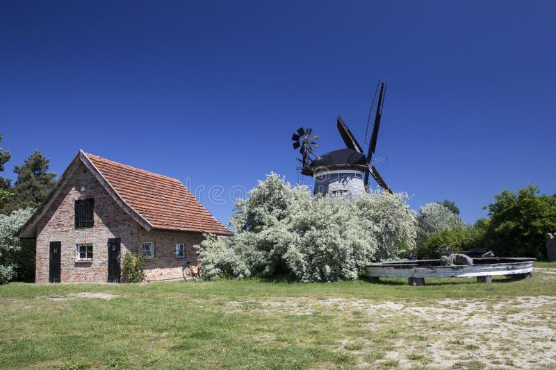 Le moulin à vent néerlandais dans le benz photo stock