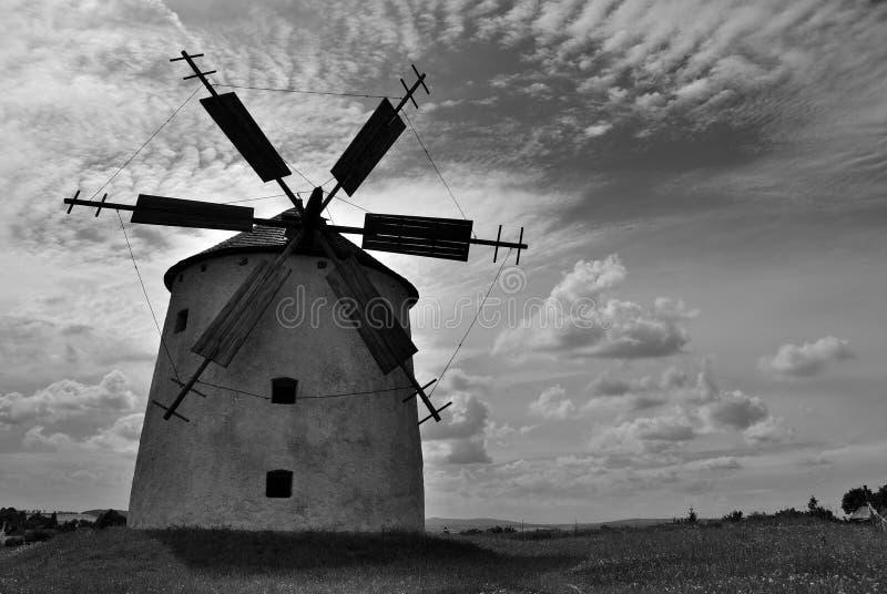 Le moulin à vent souffle des nuages photographie stock libre de droits