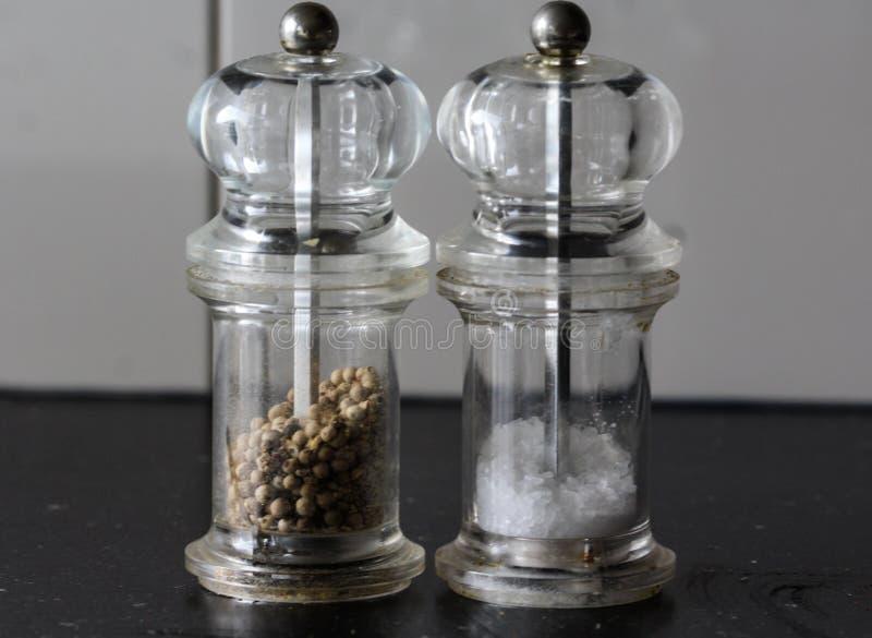 Le moulin en verre de sel et de poivre a placé dans la cuisine images stock