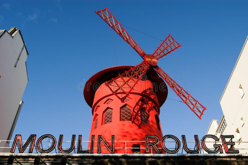 Le Moulin rouge est le cabaret parisien le plus célèbre photo libre de droits