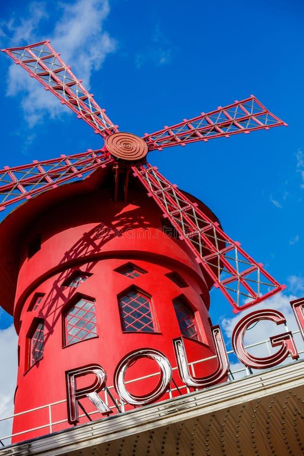 Le Moulin rouge est un cabaret parisien célèbre construit en 1889 photos libres de droits