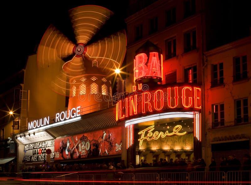 Le Moulin rouge la nuit photo libre de droits