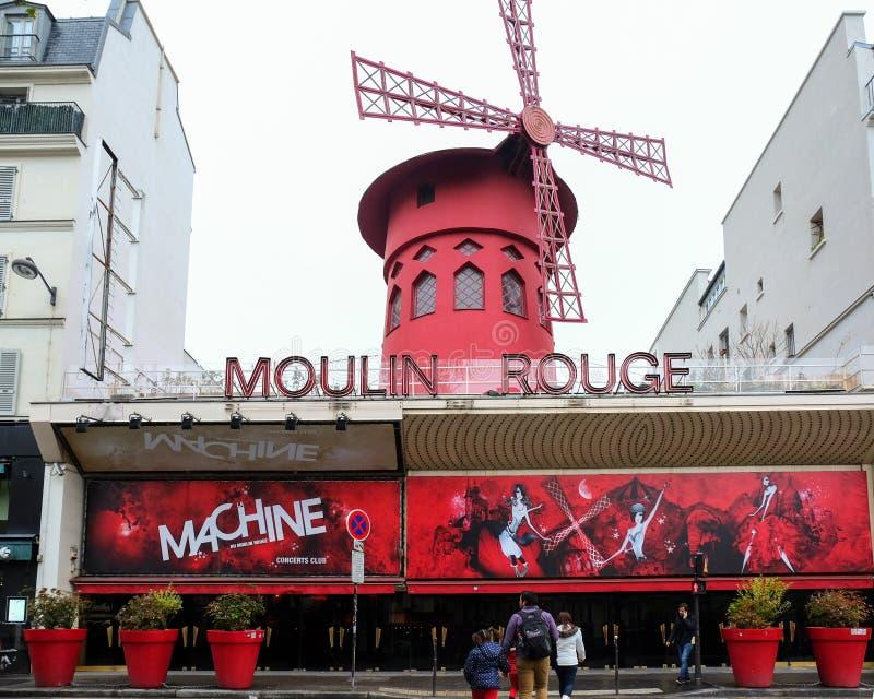 Le Moulin Rougein Paris ; La France Le fard à joues de Moulin est le cabaret parisien le plus célèbre et il a produit la danse mo photographie stock libre de droits
