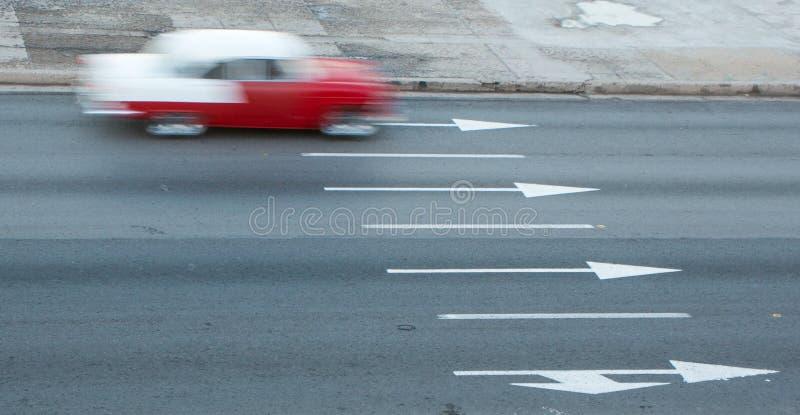 le ` 1950 Mouvement-brouillé s Chevy conduit sur la route à La Havane, Cuba photo stock