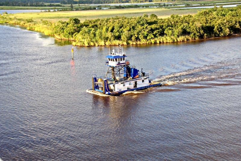Le mouvement des navires marchands et des tractions subites de mer à l'entrée et à la sortie du port Beaumont, le Texas images libres de droits