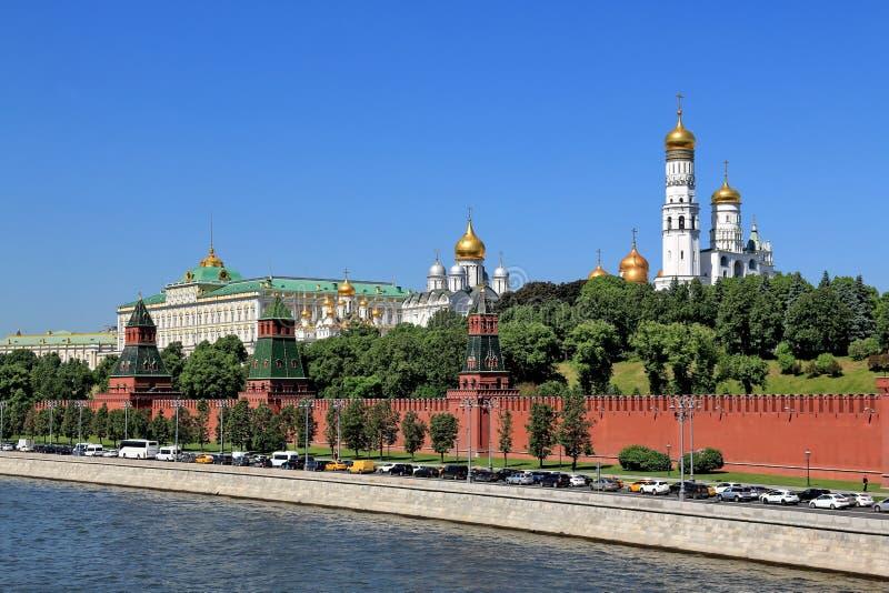 Le mouvement des voitures sur le remblai de Kremlin image stock