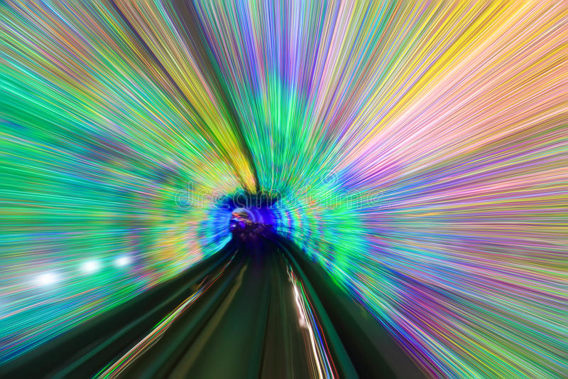 Le mouvement jeûnent dans le tunnel coloré photographie stock libre de droits
