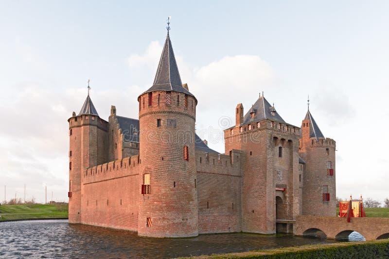 Le Muiderslot avec le fossé, un château médiéval bien conservé près photos stock