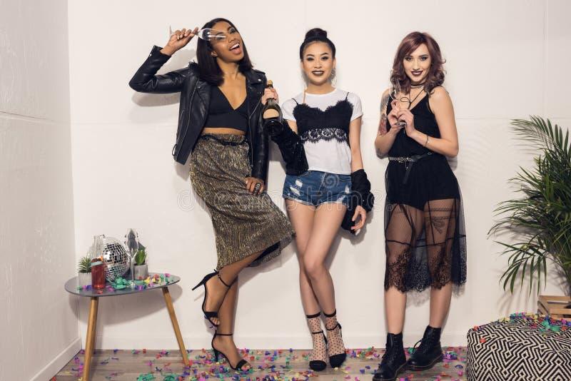 Le multietniska flickor som står den near väggen på partiet arkivfoto