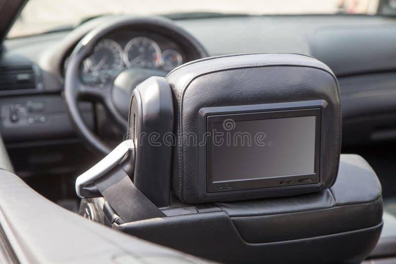 Le multimedia schermano in un'automobile di lusso fotografia stock