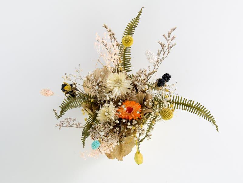 Le multiple a séché des fleurs attachées avec des bouquets image libre de droits