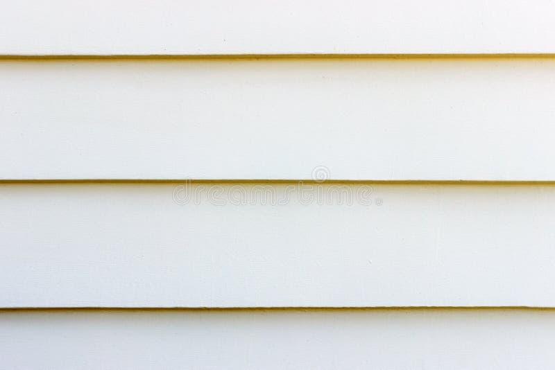 Le mur blanc grunge donne à des milieux une consistance rugueuse avec l'espace image stock