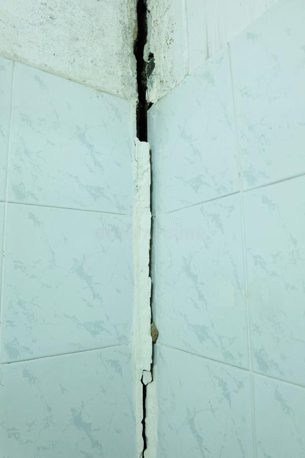 Le mur criqu? de ciment de la maison et au sujet d'un plancher s'est effondr? images libres de droits