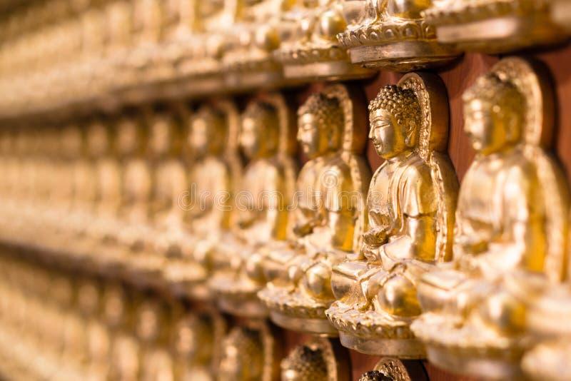 Le mur dans le temple fait par mille de la petite statue d'or de Bouddha au temple chinois a appelé Wat Borom Raja Kanjanapisek W photos libres de droits