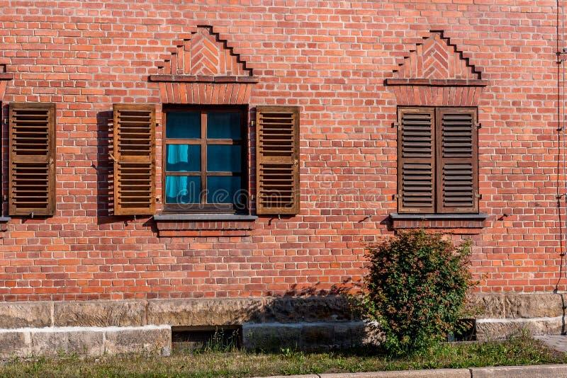 Le mur de briques avec la fenêtre et wodden des volets photo libre de droits