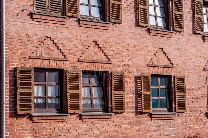Le mur de briques avec la fenêtre et wodden des volets photo stock