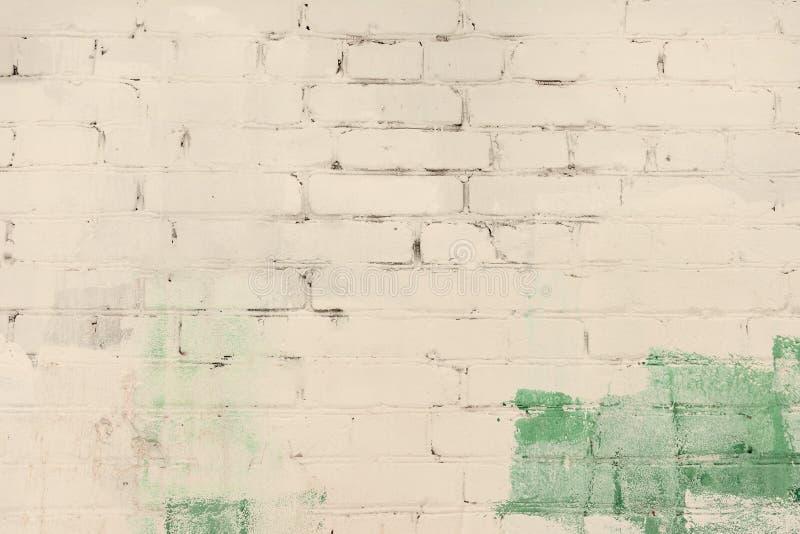 Le mur de briques est peint abstrait avec la peinture beige verte et pâle Fond avec un divorce, texture photos libres de droits