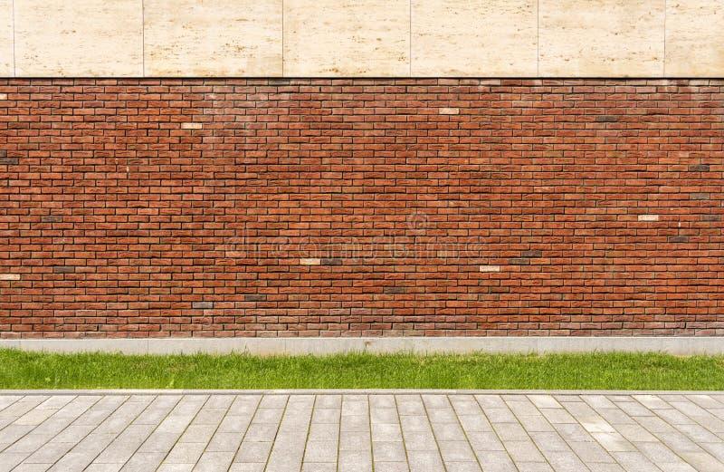 Le mur de la maison est brique rouge La pelouse devant la maison Rue et trottoir photos stock