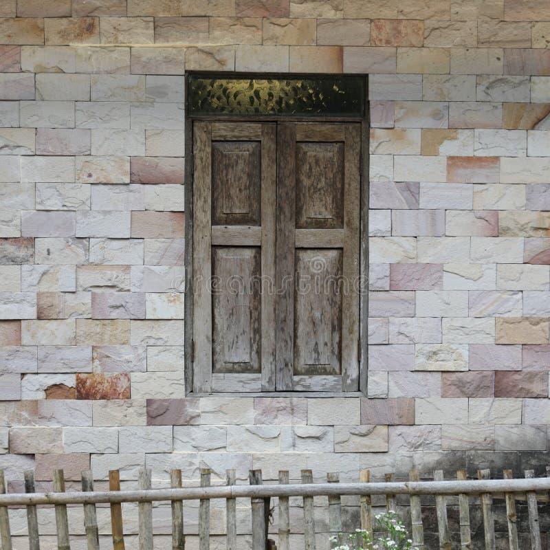 Le mur de la maison fait à partir du mortier avec la tuile est rectangulaire photos stock