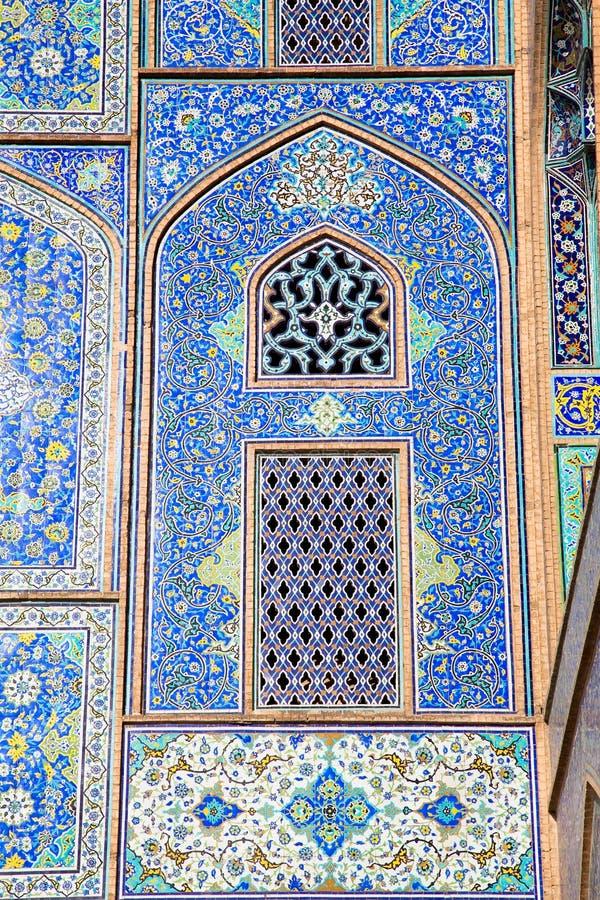 Le mur de la mosquée carrelée d'ornements, Iran image libre de droits