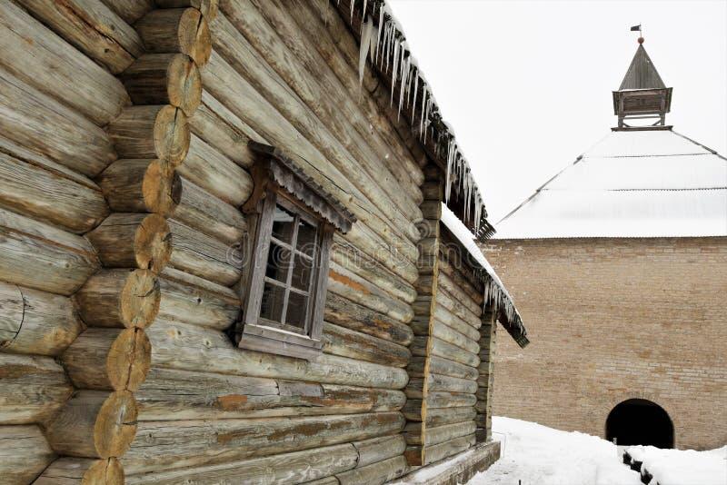 Le mur de la vieille église russe dans Staraya Ladoga et la tour de forteresse photo libre de droits