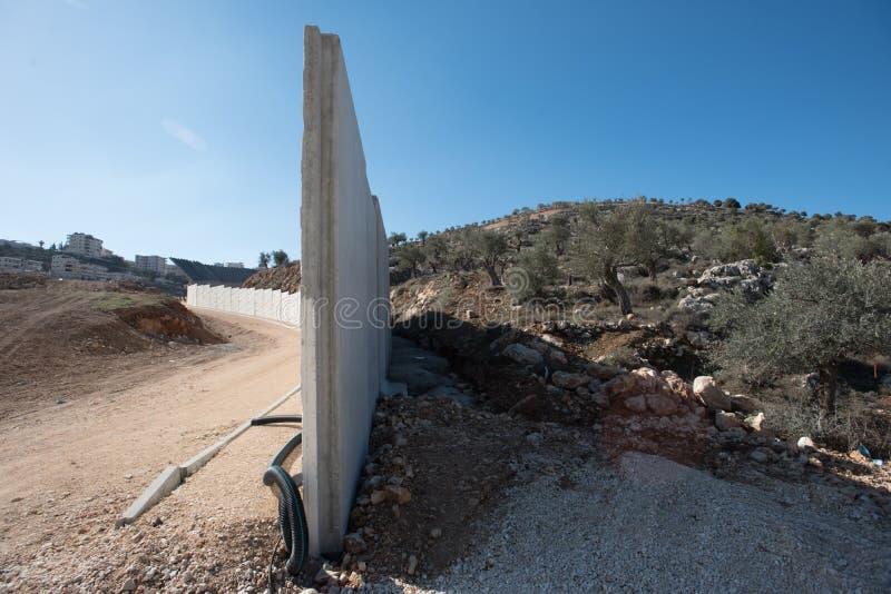 Le mur de séparation israélien divise la terre palestinienne images libres de droits