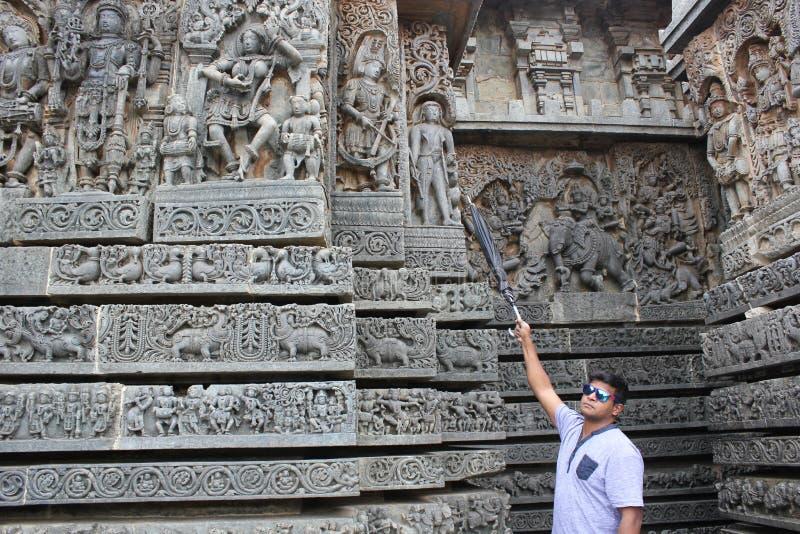 Le mur de temple de Hoysaleswara a découpé avec une sculpture ressemblant à l'étranger photos stock