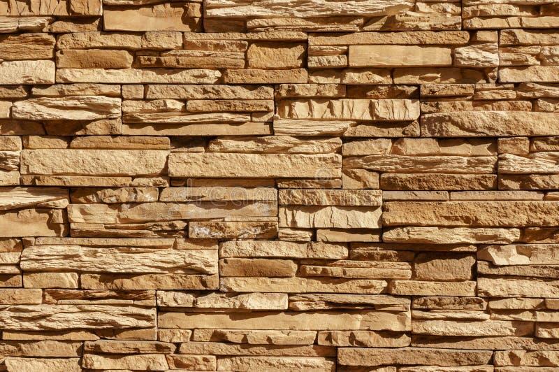 Le mur de tuile de brique de pierre de roche a une couleur brune crème de fond de sépia détaillée de texture empilé dans les couc photographie stock libre de droits