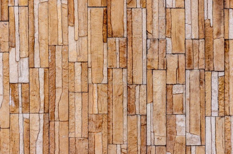 Le mur de tuile de brique de pierre de roche a une couleur brune cr?me de fond de s?pia d?taill?e de texture empil? dans les couc image stock