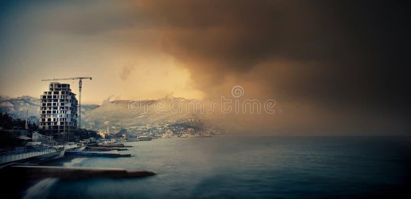 Le mur du brouillard s'approche à la ville d'une mer photographie stock