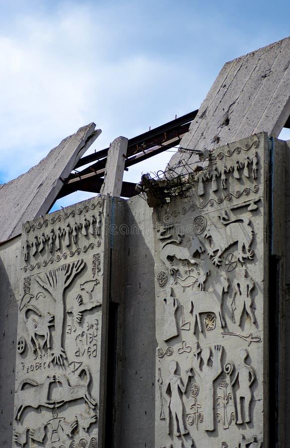 Le mur en béton de émiettage figure le bâtiment de fond photo libre de droits