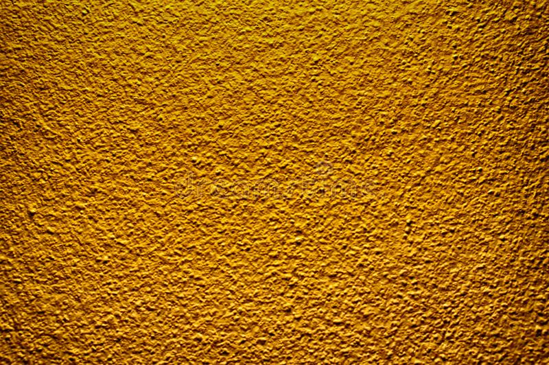 Le mur en béton de couleur d'or peignent le fond abstrait de texture image stock