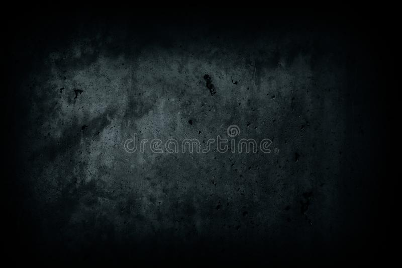 Le mur en béton de noir foncé a abandonné la maison avec les imperfections et le fond effrayant de texture naturelle de ciment photos stock