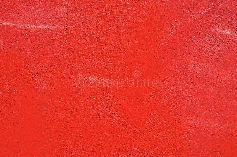 Le mur en béton texturisé a pulvérisé avec la peinture rouge de graffiti image libre de droits