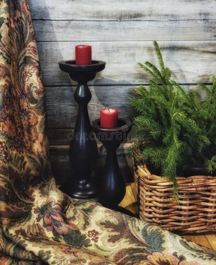le mur en bois de sapin de branche de panier de couleur rouge de bougie de chandelier de célébration de décoration a donné à l'en photographie stock libre de droits
